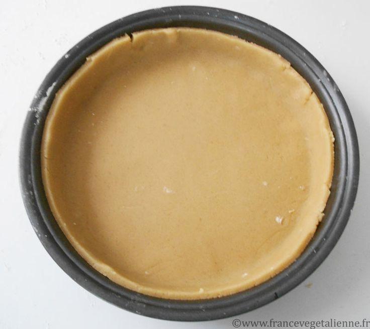 La pâte sablée est l'une des pâtes basiques de la pâtisserie.  Outre de la farine, du sucre et de la matière grasse (pour nous, de l'huile  neutre), ainsi que de la crème végétale ou de l'eau (en remplacement de  l'oeuf), elle peut contenir du sel, voire de la poudre de fruits secs  (amande, noisette, noix…). A la différence d'une pâte brisée classique, où  elle est incorporée par «crémage», la matière grasse est ici incorporée par  «sablage», c'est-à-dire, en frottant entre ses doigts la…