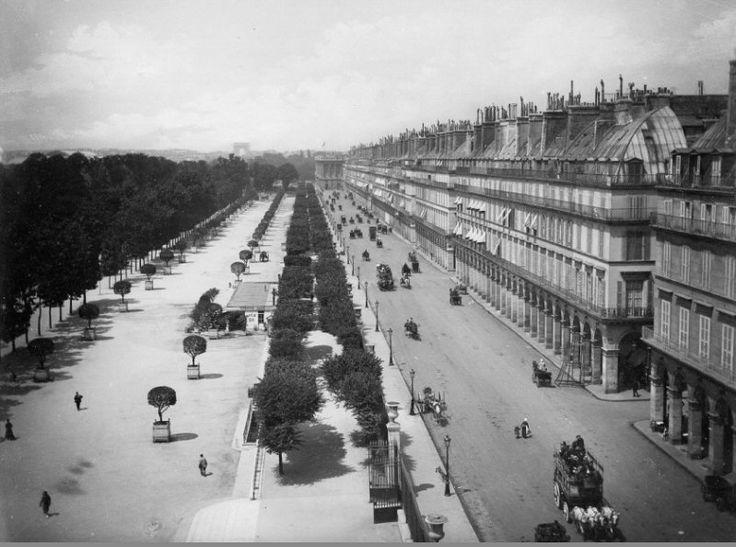 La rue de Rivoli et les Tuileries vues depuis les fenêtres du Louvre, vers 1875. Une journée calme, apparemment... (Paris 1e/4e)