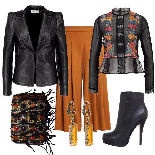 Un'esplosione di colori in quest'outfit: pantaloni a tre quarti color senape abbinati ad una camicia trasparente a stampa floreale, clutch ingioiellata di pietre della stessa tonalità, così come gli orecchini. Completano il tutto i tronchetti con tacco alto e la giacca di pelle entrambi neri.