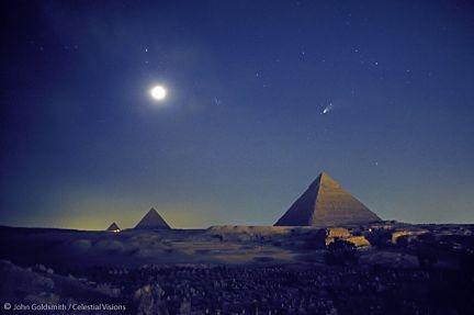 Increible imagen de las Pirámides de Egipto de noche