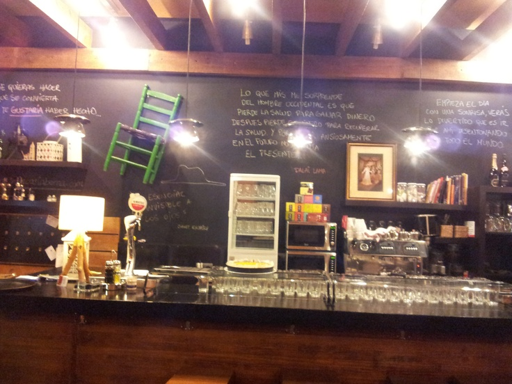 Otra forma de decorar un bar en alicante mostrador de la - Decorar un bar de tapas ...