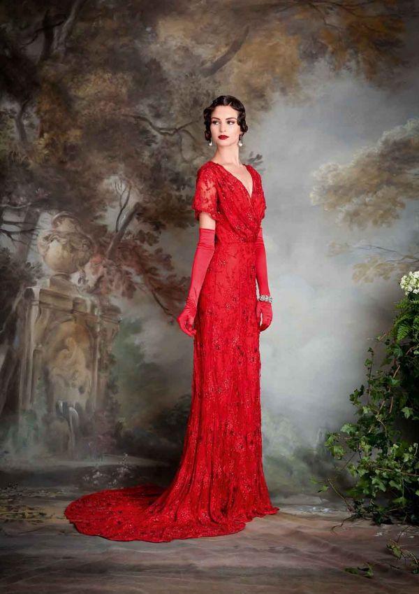 Foto 19 de 23 Ella: Femenino traje de noche estilo vintage completamente bordado y en color rojo intenso | HISPABODAS