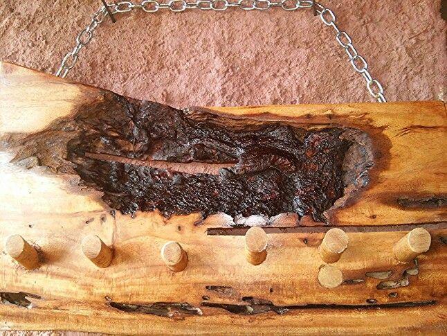 Pendurador de roupa feito com madeira recuperada