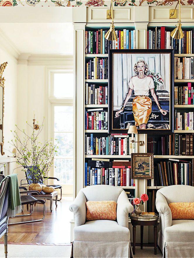 Armário de livros divide os ambientes da sala.