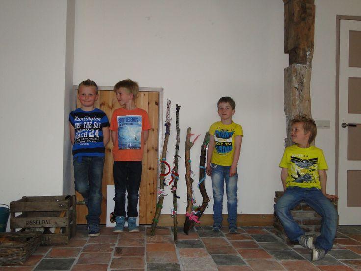 De jongens en hun zelfgemaakte krachtstokken, wat zijn ze trots! :) En wat was het gezellig zo samen