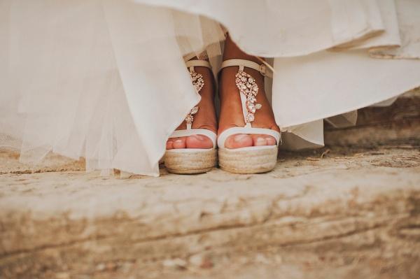 Novia con alpargatas de cuña (Foto, Pedro Bellido) #weddingshoes #bridalshoes #zapatosdenovia
