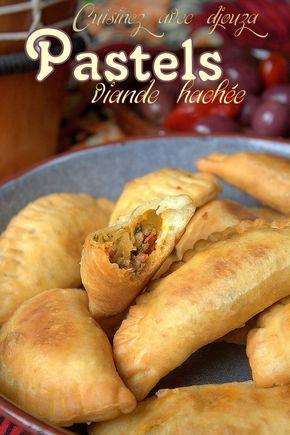Pastels sénégalaises à la viande  De délicieux beignets africains en forme de chausson avec une sauce épicée, tout ce qui faut  pour passer une bonne soirée !  #beignets #viande #apéritifs #entrée