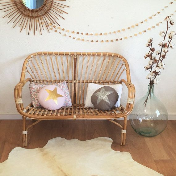 Retro and romantic look for for this rare bench, rattan and leather 2 places, typical of the 60s.  We love the delicacy work rattan, its ties