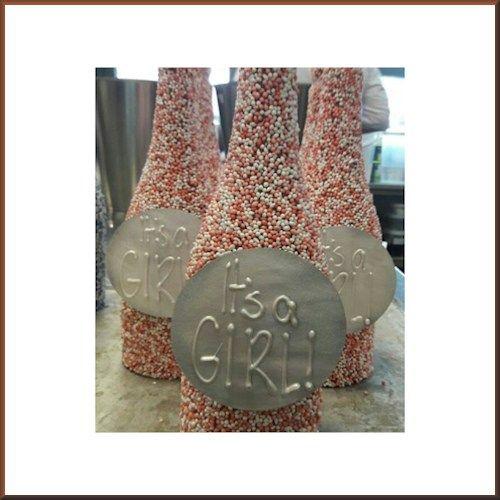 Chocolade fles met muisjes. - Bestel Chocolade Geboorte chocolade #geboorte #meisje #roze #chocolade #muisjes