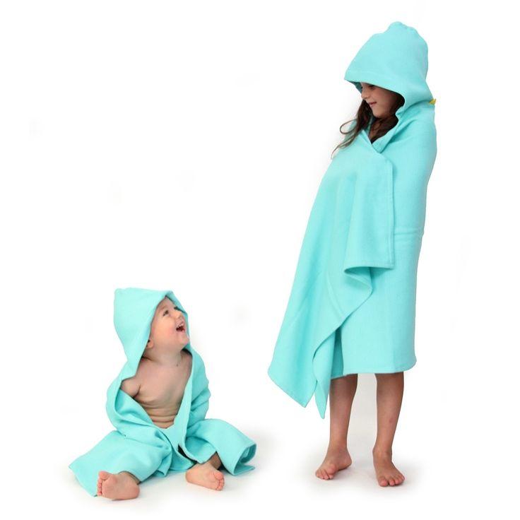 """La cape de bain enfant EKOBO Home s'inspire de tissus de bain traditionnels Turcs, ou """"peshtemal,"""" conçus d'un matériel absorbant et à séchage rapide. La gamme est certifiée GOTS et OEKO-TEX Standard 100, et chaque pièce est faite entièrement à partir de fil de coton organique ultra-doux. Elle est parfaite pour vos enfants de plus de 3 ans, après le bain, la piscine ou la plage!  € 28.00"""