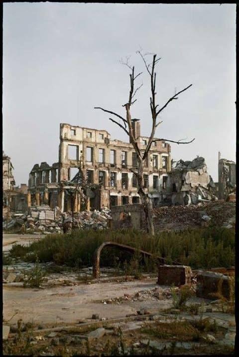 Warszawa w ruinie po II w wojnie światowej. Ruiny budynku Poczty Głównej przy…