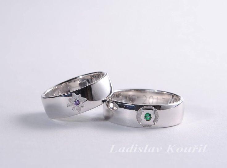 Snubní prsteny na zakázku pro zákazníka. Na každém prstýnky je odlišný magický symbol. #svatba #prsteny #zlato #šperky