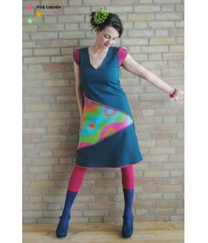 @ metdehand.nl .. Bijzonder jurk waarbij op een aparte manier is gespeeld met de stof en vormen. De flessengroene jurk heeft inzetstukken van kleurrijke retrostof. De jurk is heeft rek en sluit daardoor mooi aan zodat deze lekker vrouwelijk valt. Uniek ontwerp waarvan...