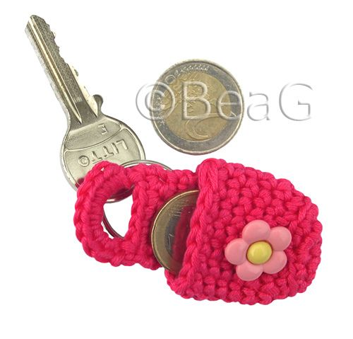 * This crocheted keychain coin holder will carry your change for for instance parking meter, bus ticket or shopping cart. Of course it can also hold other small objects. * In dit gehaakte sleutelhanger munthoudertje heb je altijd kleingeld bij je voor bijvoorbeeld parkeermeter, buskaartje of winkelwagentje. Natuurlijk kun je er ook andere kleine dingen in meenemen.