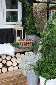 Den lille overdækkede veranda på den lille skurvogn, har fået skiftet den hvide gyngestol ud med en af murertrellebænkene. Det giver sammen...
