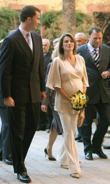 lovely royals crown princess letizia maternity style queen letizia family pinterest. Black Bedroom Furniture Sets. Home Design Ideas
