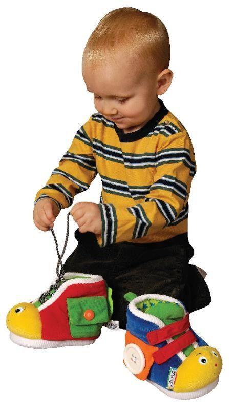 Buciki treningowe dla dzieci posiadają sznurówki, małą kieszonkę, z klipsem/zatrzaskiem, rzepy, duży guzik którym można przypinać do buta kwadratowy kawałek materiału wszyty w buta oraz zamek błyskawiczny