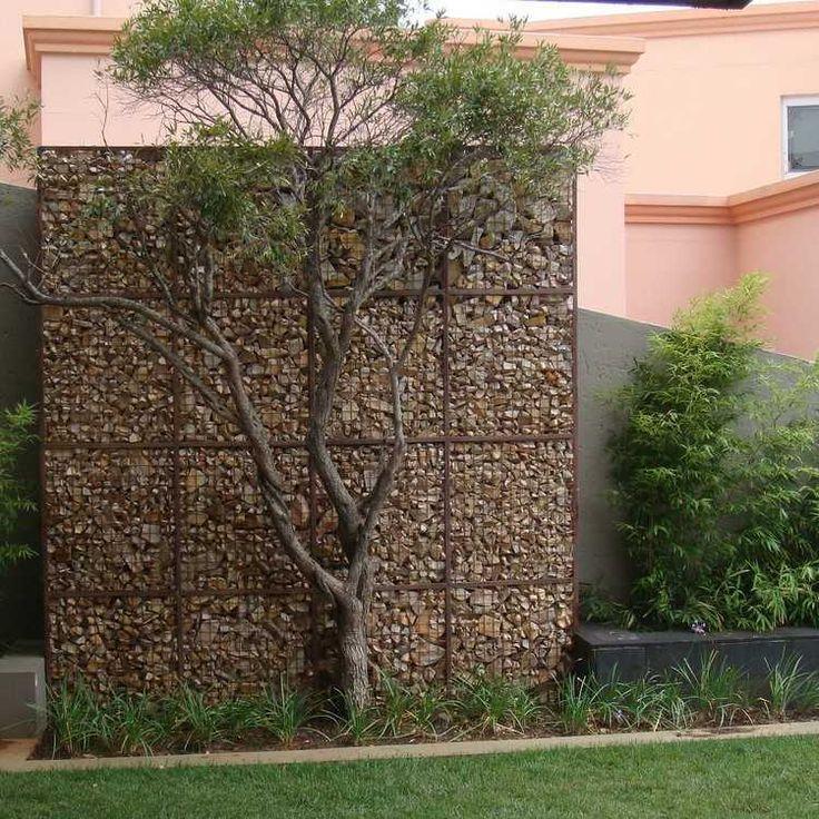 mur en gabion dans le jardin - cage métallique rempliée de pierre concassée