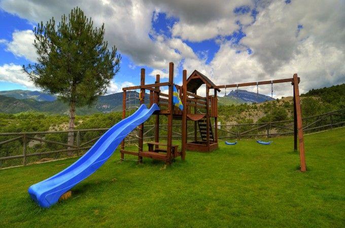 20 casas rurales con su propio parque infantil  Columpios, toboganes, escaleras, mini barras de bombero, caballitos con muelles… ¡todo un mundo de diversión para los pequeños de la casa!