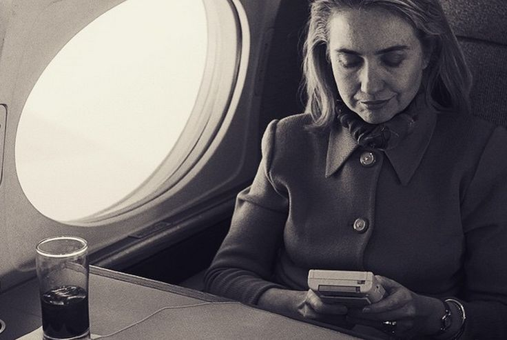 Hillary Clinton playing Game Boy makes an excellent desktop background