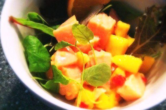Recept voor ceviche van zalm met mango, kokos en gember.