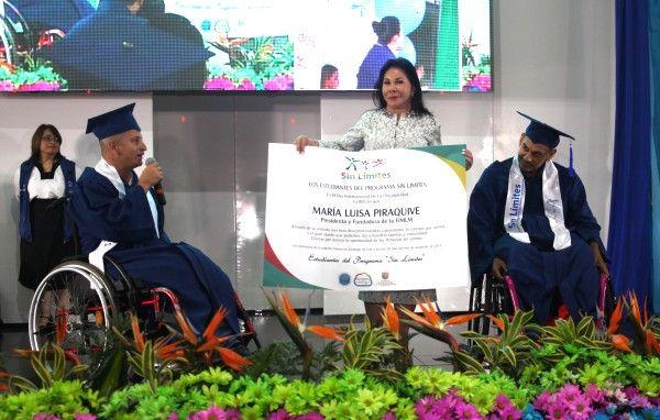 """Graduados del Programa """"Sin Límites"""" 2016 entregan reconocimiento especial a la Dra. María Luisa Piraquive."""