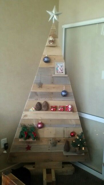 Front view pallet tree