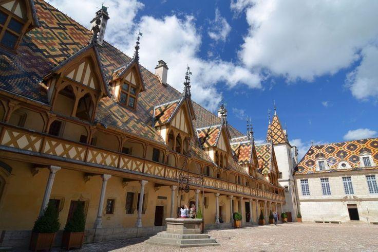 (Côte-d'Or in Centraal-Frankrijk) Het charmante stadje Beaune heeft gebouwen uit verschillende periodes: pre-Romaans, middeleeuws en Renaissance.