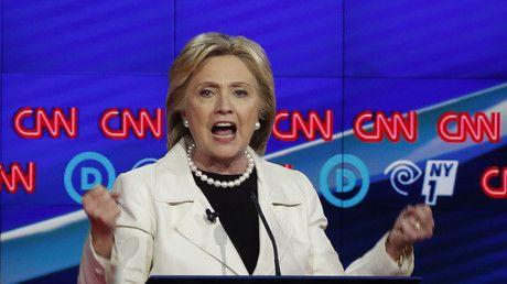 Neue WikiLeaks-Enthüllungen zeigen, dass Fragen eines TV-Duells auf CNN im Vorfeld an das Clinton-Lager weitergereicht wurden. Im Zentrum des Skandals steht ausgerechnet jene Frau, die aufgrund früherer WikiLeaks-Enthüllungen überhaupt erst Parteichefin der Demokraten wurde.