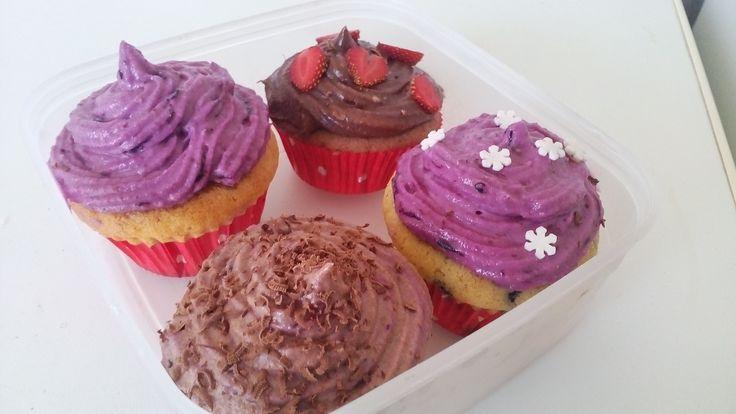 Milý Majkle, dnes jsem dělala poprvé cupcaky a vybrala jsem si proto Tvůj recept :) Udělala jsem krém s borůvkama a čokoládový. Je to dárek k narozeninám, tak snad potěší :)  Děkuji a budu se těšit, až zase něco vyzkouším z Tvých receptů :)