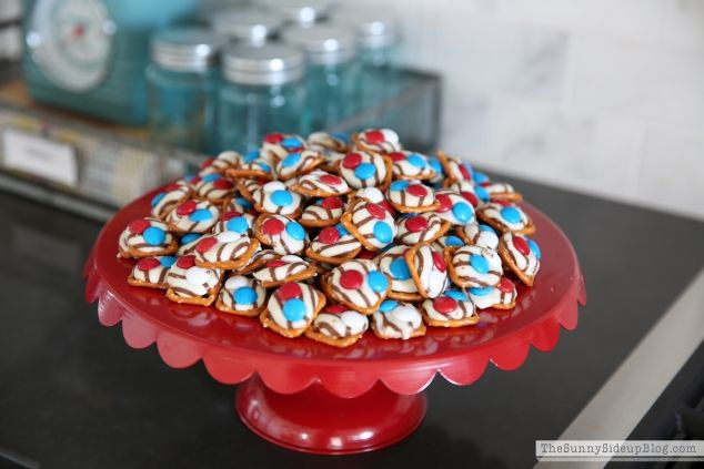 """13 Scrumptious 4th of July Appetizers to Kick Off Your Party: FOURTH OF JULY PRETZEL HUGS: An easy starter to quickly pop in your mouth, these """"hugs"""" are topped with M&M's for a chocolatey addition. Get the recipe at Sunny Side Up."""