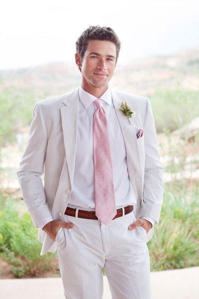 真っ白のビーチに合う、明るめカラーのスーツ&タイ♪ ハワイアンウェディングにおすすめの新郎衣装まとめ。