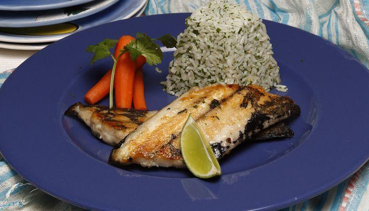 Peixe-espada grelhado com arroz de coentros. Descubra como cozinhar Peixe-espada grelhado de maneira prática e deliciosa com a TeleCulinária!