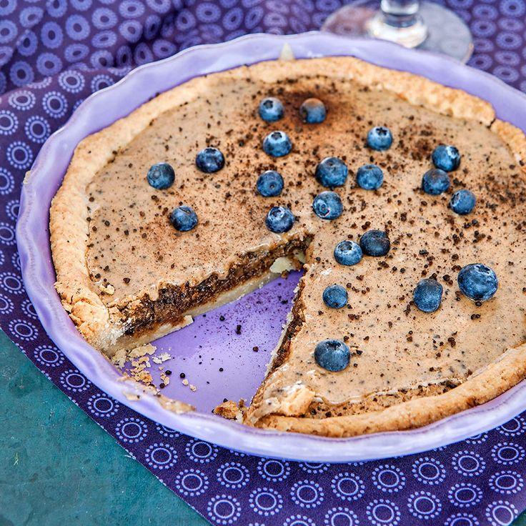 Servera färska blåbär och vaniljglass eller lättvispad grädde till den här mazarinpajen.