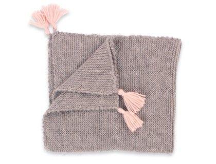 Couverture bébégrise avec pompons roses aux 4 coins. Tricotée au point mousseen 100% laine d'alpaga. Idéale pour les bébés même les plus sensibles car l'alpaga ne contient pas de lanolique et est donc quasiment naturellement hypoallergénique.  Dimensions : 55x60cm