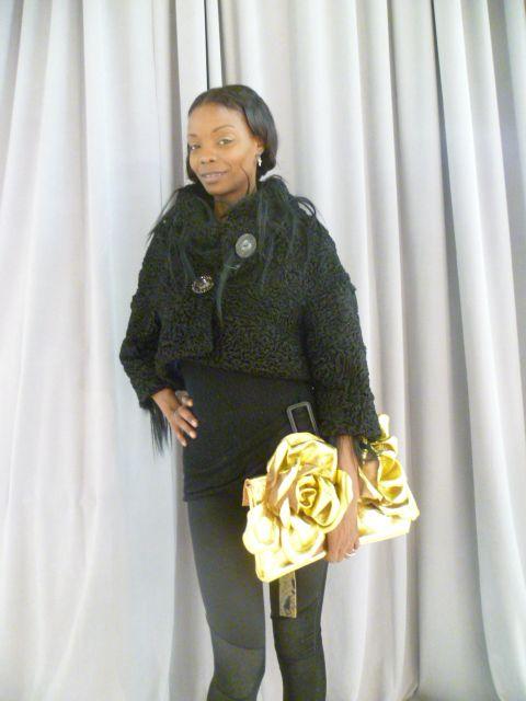Pelliccia nera con kidassia, pochette in pelle dorata con rose applicate interamente fatte a mano