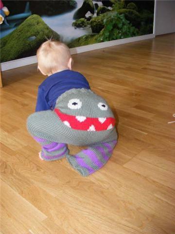 Designet af Stine L. Larsen          Strikkede bukser med et sødt og farligt monstersmil på rumpen.  Begge versioner har mere plads bagtil, ...