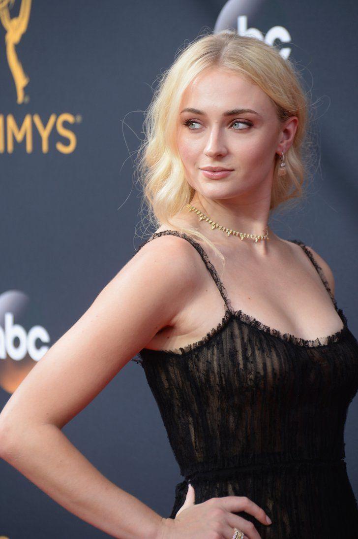 Le Cast de Game of Thrones Domine le Tapis Rouge des Emmy Awards Pour la Deuxième Année Consécutive Sophie Turner