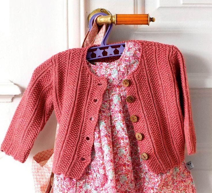 Strik en fin trøje i perlestrik som både kan bruge af piger og drenge.