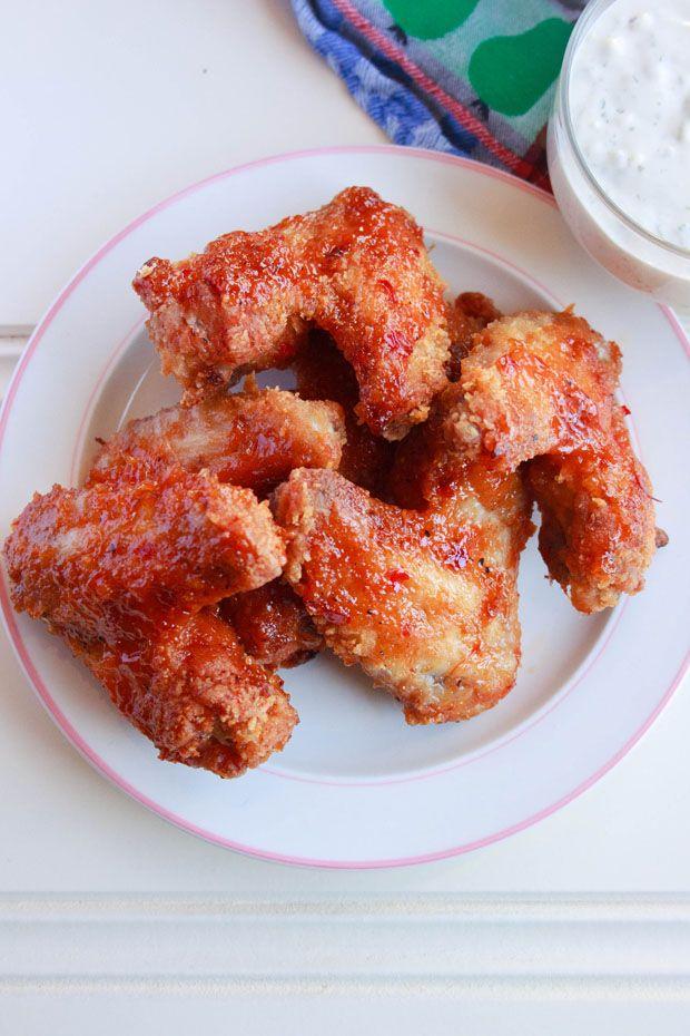 Amerikaanse pittige kipvleugels Buffalo wings. Recept voor gefrituurde pittige kippenvleugels. Als snack of als maaltijd in het weekend.