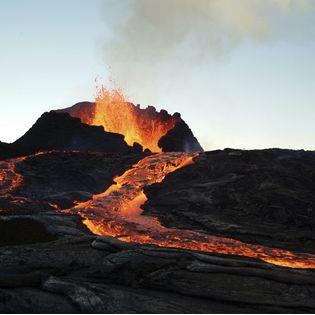 Poolse wetenschappers hebben het voor elkaar gekregen om van vulkanisch gesteente een sterk en isolerend bouwmateriaal te maken dat volgens hen traditionele bouwmaterialen kan vervangen. En voor een z...