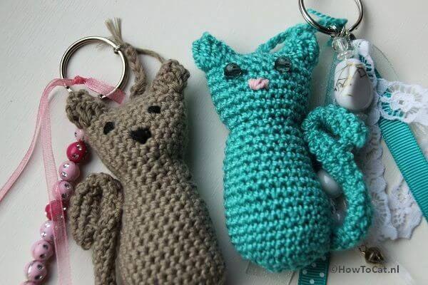 Kijk wat ik gevonden heb op Freubelweb.nl: een gratis haakpatroon van Betty's Creations vertaald in het NL door How To Cat om een katten sleutelhanger te maken https://www.freubelweb.nl/freubel-zelf/gratis-haakpatroon-kat/