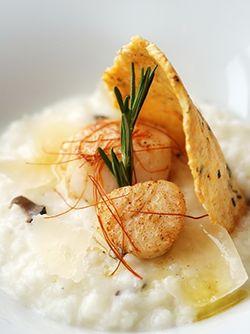 SAINT-JACQUES POÊLÉES À LA PLANCHA ET RISOTTO AUX TRUFFES. Un délicieux plat à la plancha à faire chez soi ! Une recette digne de grands restaurants qui ravira vos convives ! http://www.verycook.com/blog/plat-plancha/saint-jacques-poelees-a-la-plancha-et-risotto-aux-truffes