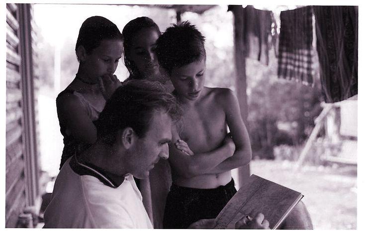 l'artiste Régent Bilodeau dans la trentaine dessinant au plomb avec la fille à Laurent Bourque (Alexandra et ses amis) en vacances à Labaie .
