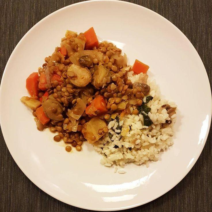 Bom jantar para todos  Por aqui temos arroz de nabiças e cogumelos com um estufado de lentilhas com cenoura couves de bruxelas pimento e couve branca