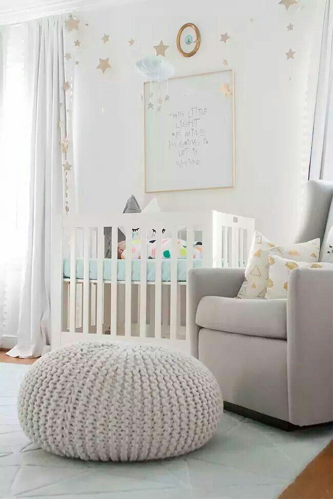 NUEVO POST!!! Una habitación de BEBÉ lena de inspiración y como podemos sacarle el máximo partido a una habitación neutra en blanco y gris dándole color a los complementos, textiles y decoración http://www.bohodecochic.com/2016/05/rosa-gris-coral-y-mint-en-una-cuarto-de.html