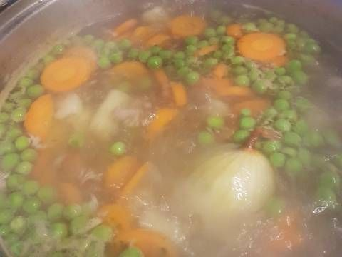 Mennyei Becsinált leves sertéshúsból recept! Nálam a becsinált leves sertéshúsból készül, ezért teljesen más az elkészítése is, mint a csirkés változatának. Ízékben viszont gazdag,telt leves,minden jóval.