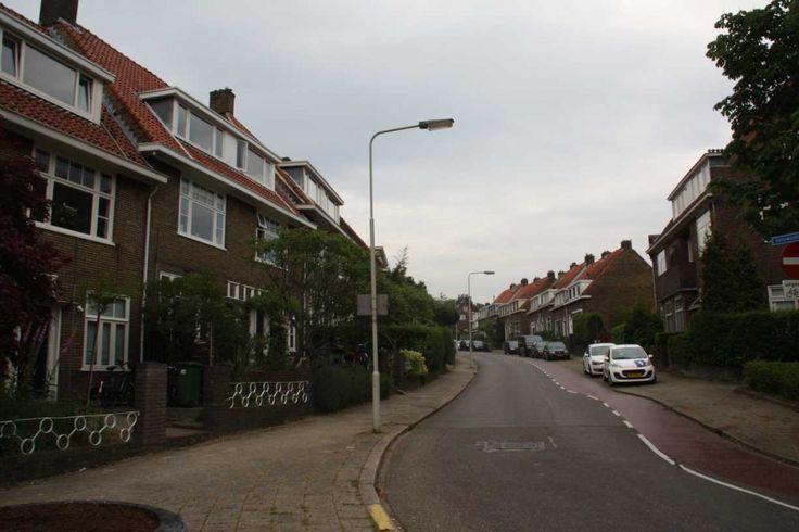 Noordelijke Parallelweg  Nabij het centrum en station van Arnhem maar ook vlakbij Sonsbeek Park mogen wij u deze ruime kamer metwastafel aanbieden!Indeling: Entree/ hal met toegang tot de kamer van 9m2 welke aan de voorzijde van de woning (op de begane grond)is gelegen. De kamer is voorzien van een nette vloerbedekking eneen inbouwkast. Keuken van 6m2met gaskookplaat afzuigkap en een koelkast met vriezer. Verder heeft u middels openslaande deuren toegang tot de gezamenlijke achtertuin! De…