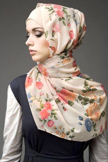 Foto : Hanya butuh hijab segiempat, kamu bisa tampil menarik dengan gaya hijab Turki.   Vemale.com, Halaman 1