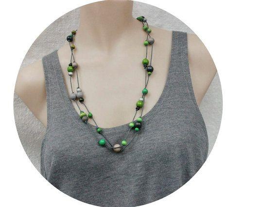 Extra longo blace cinza de madeira do grânulo colar verde por LeafFeather